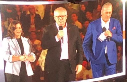 scott morrison prays at hillsong conference
